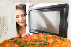 Auch Pizza kann man in der Mikrowelle aufbacken.